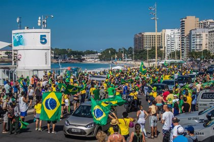 Coronavirus.- Brasil supera los 500.000 casos de la COVID-19 mientras Bolsonaro pasea a caballo en una marcha a su favor