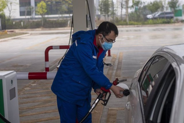 Una persona echa gasolina a su vehículo en la región de Nanning.
