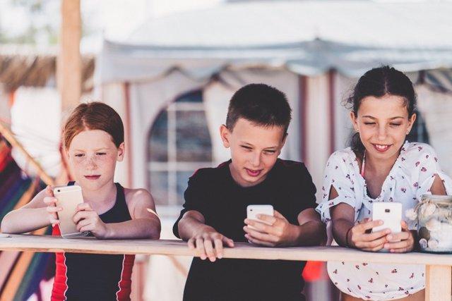 Niños con móviles.
