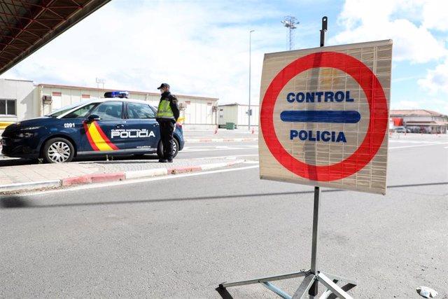 Efectivos de la de la Policía Nacional realizan controles en el puesto fronterizo con Portugal