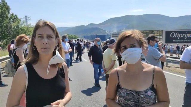 La lídere de los comuns en el Parlament, Jéssica Albiach, y la alcaldesa de Montcada i Reixac (Barcelona), Laura Campos, en una protesta de trabajadores de Nissan tras la decisión de la empresa de cerrar sus plantas en Barcelona.