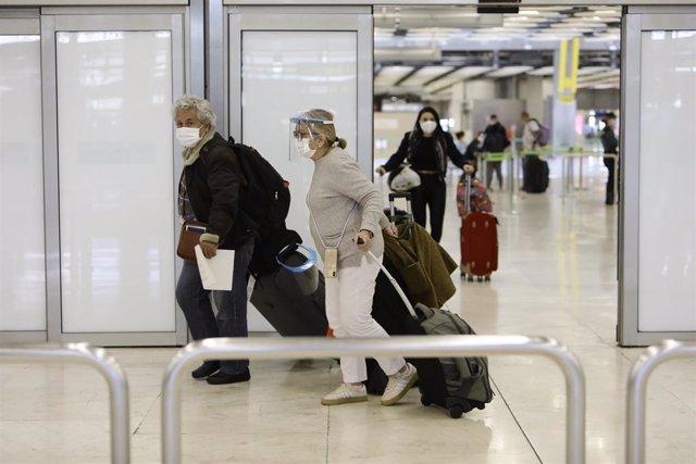 Varios pasajeros llegan al Aeropuerto Adolfo Suárez Madrid-Barajas procedente de Bogotá (Colombia)