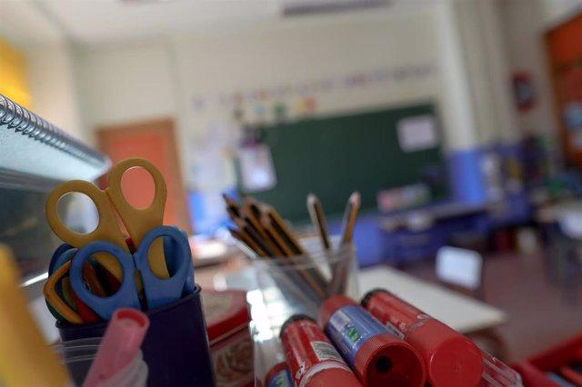 Material escolar en una de las aulas completamente vacía perteneciente a un colegio de la Comunidad de Madrid