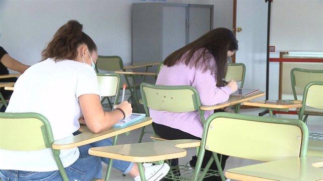 Alumnos en su primer día de vuelta a las aulas para clases de repaso y preparación de pruebas finales