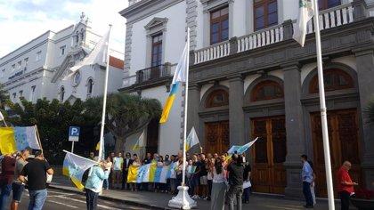 El TS anula el acuerdo que permitió exhibir la bandera de siete estrellas verde en el Ayuntamiento de Santa Cruz