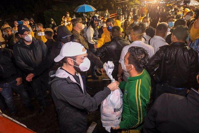 El presidente de El Salvador, Nayib Bukele, entrega ayuda a afectados por la tormenta 'Amanda'