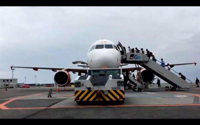 Gente embarcando en un avión