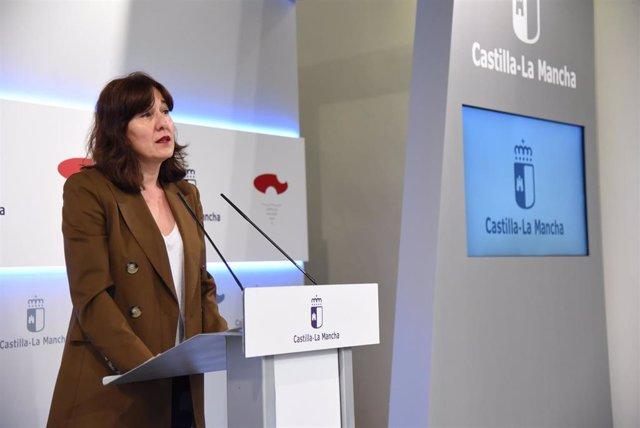 La portavoz y consejera de Igualdad del Gobierno de C-LM, Blanca Fernández, en rueda de prensa.