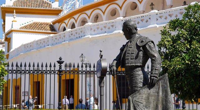 La estatua de Currro Romero en la plaza de toros de Sevilla. Sevilla a 20 de mayo del 2020