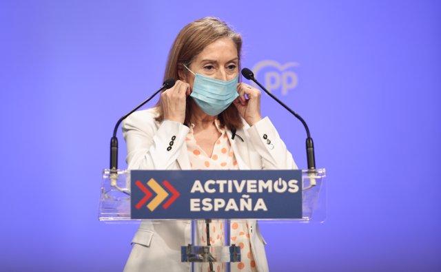 La vicepresidenta del Congreso, Ana Pastor, se retira la mascarilla momentos antes de ofrecer una rueda de prensa.
