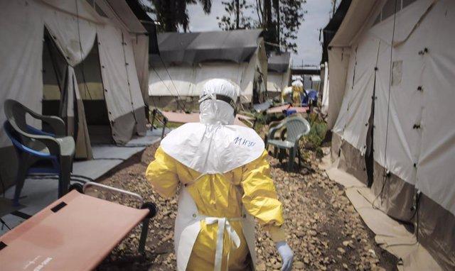 Trabajador sanitario durante el brote de ébola en República Democrática del Congo