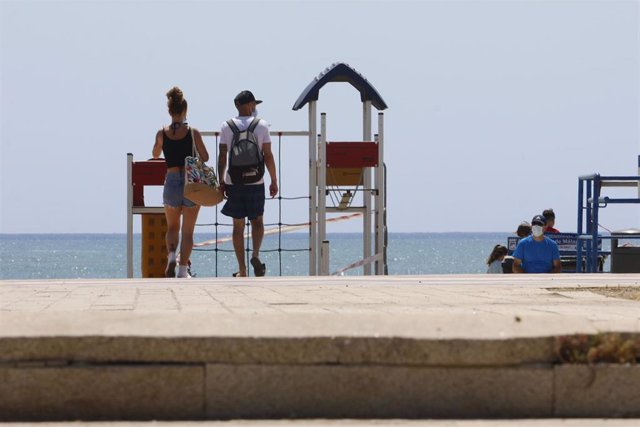 Paseantes disfrutan de la playa de Sacaba en la barriada de Huelín