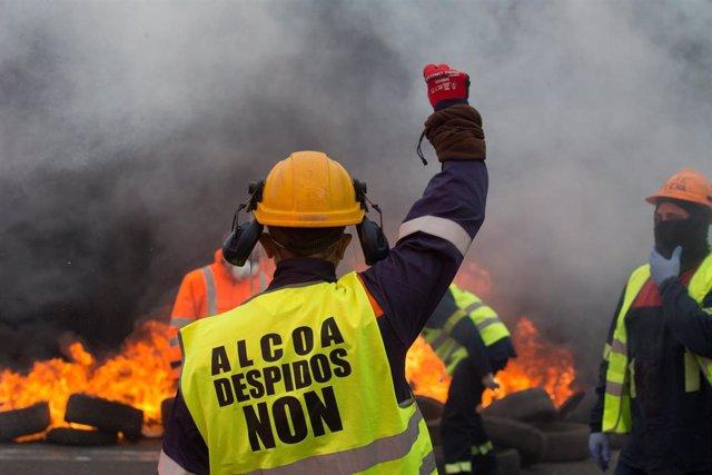 Participantes queman neumáticos durante la manifestación del comité de empresa de Alcoa tras el anuncio hace tres días del despido colectivo de hasta 534 trabajadores. En Ribadeo (Lugo/Galicia) a 31 de mayo de 2020.