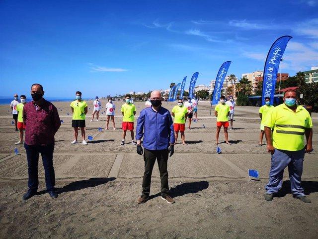 El concejal de Playas de Vélez, Jesús Pérez, en el centro, en la arena parcelada de la playa del municipio, donde ha dado a conocer el servicio para este verano.