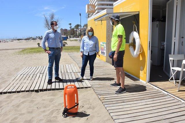 La alcaldesa, Ana Mula, en su visita al módulo de coordinación de vigilancia del servicio de salvamento y socorrismo