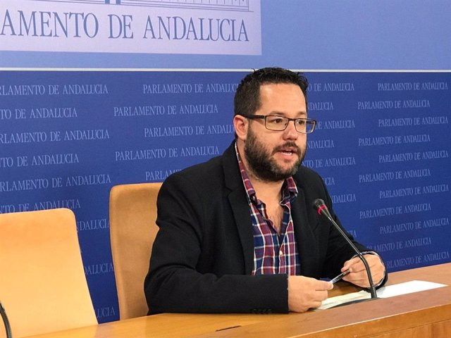 El portavoz de Educación de Adelante Andalucía, José Ignacio García, en una rueda de prensa.