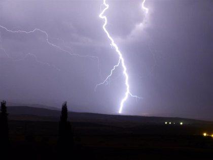 Las tormentas siguen en Galicia, que registró casi 2.400 rayos en la pasada jornada e inundaciones en calles de Vigo