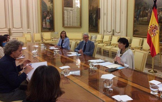 Fernando Simón (a la izquierda de la imagen) y la ministra de Educación, Isabel Celaá (a la derecha) durante la reunión que han mantenido este lunes.