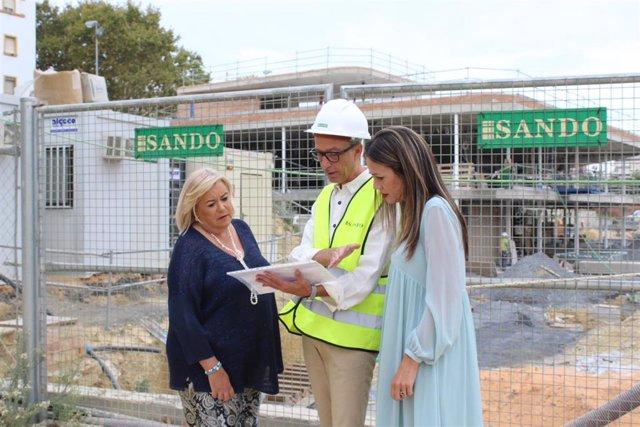 La delegada de la Junta en Huelva, Bella Verano y la delegada territorial de Salud, Manuel Caro, en una visita a las obras del centro de salud de Isla Chica (Huelva), en una imagen de archivo.
