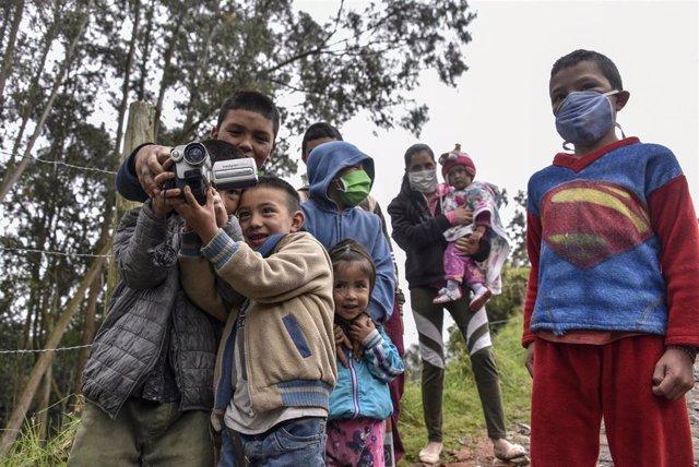 Niños en una barriada chabolista de Bogotá durante la pandemia de coronavirus