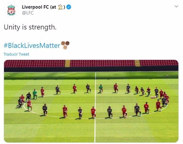 Fútbol.- El Liverpool se arrodilla contra el racismo y en homenaje a George Floy
