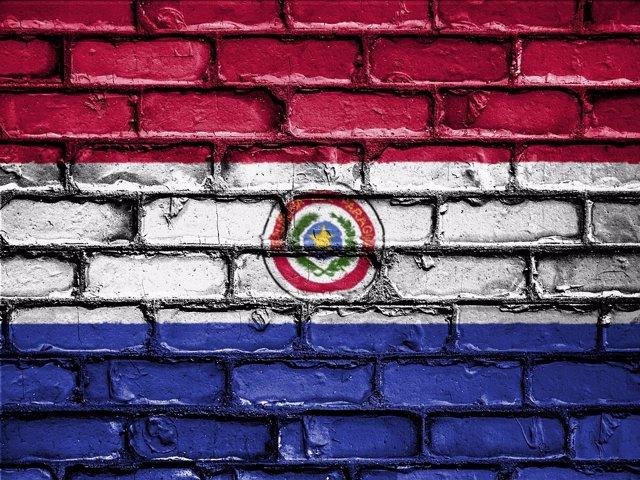 Bandera de Paraguay sobre una pared (Imagen de archivo)