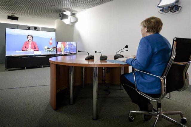 Angela Merkel en una videoconferencia con la presidenta de Suiza, Simonetta Sommaruga