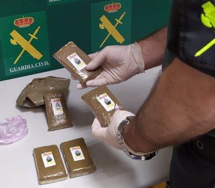 Dos emeritenses detenidos tras tirar a la cuneta medio kilo de hachís ante un control policial en Almendralejo