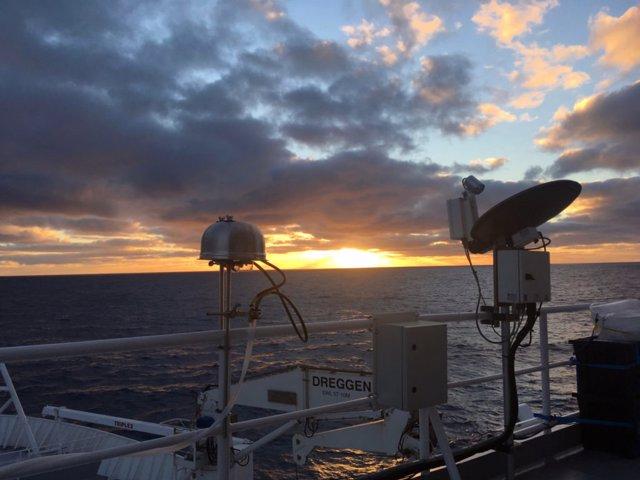 Filtrado de muestras de aerosol analizó el aire en un  buque científico navegando en el Océano Austral