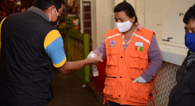 Una dona es desinfecta les mans a la ciutat guatemalenca de San Marcos.