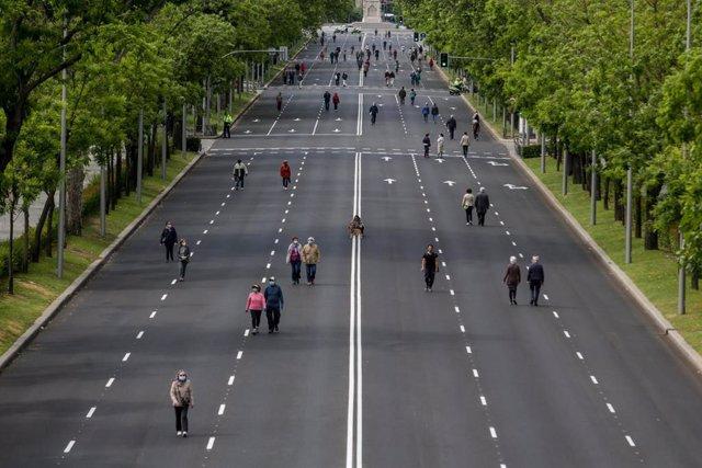 Transeúntes caminan por el paseo de Eduardo Dato de la capital, una de las calles peatonalizadas en Madrid a causa de la distancia de seguridad exigida por el Covid-19 y que se amplían este fin de semana de 29 a 36 vías abiertas para peatones, con más met