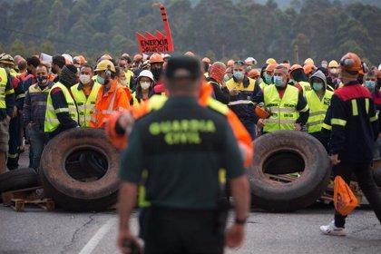 Más de 1.500 personas protestan contra los despidos en Alcoa y una barricada corta la entrada a la planta