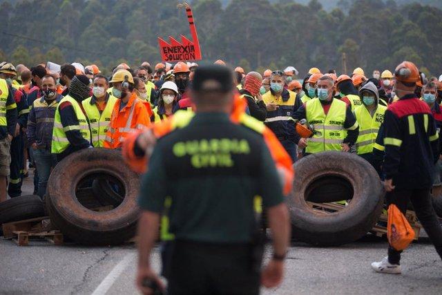 Un guardia civil vigila la manifestación del comité de empresa de Alcoa tras el anuncio hace cinco días del despido colectivo de hasta 534 trabajadores de los 610 de sus dos factorías en San Cibrao, concretamente a la planta que fabrica aluminio, en Ribad