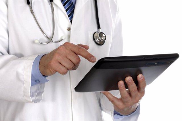 Médico utilizando una tablet digital. Salud Mobile. MHealth