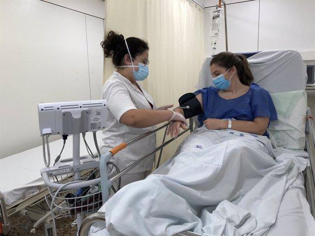 Professional sanitària atén a una pacient a l'Hospital Santa Caterina de Salt (Girona)
