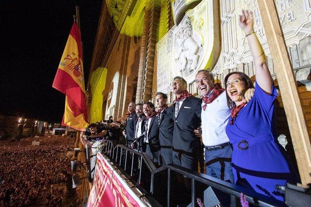 Los miembros de B Vocal, el alcalde y la vicealcaldesa durante el pregón de las Fiestas