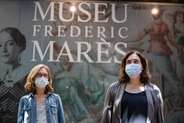 La Coordinadora del Museu Marès, Neus Pelegri, i l'alcaldessa de Barcelona, Ada Colau, visiten el Frederic Marpes amb motico de la reobertura dels museus municipals