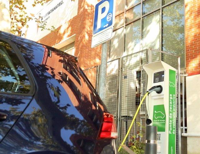 Punto de recarga público para vehículos eléctricos.