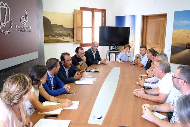 Una de las reuniones del presidente del Cabildo de Fuerteventura, Blas Acosta, con representantes de los trabajadores del Hotel RIU Oliva Beach