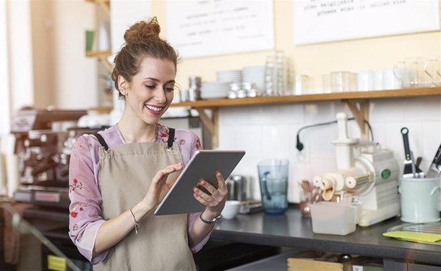 Imagen de recurso de una trabajadora. BBVA comparte su experiencia en gestión empresarial en España para ayudar a las pymes y autónomos a impulsar su negocio.