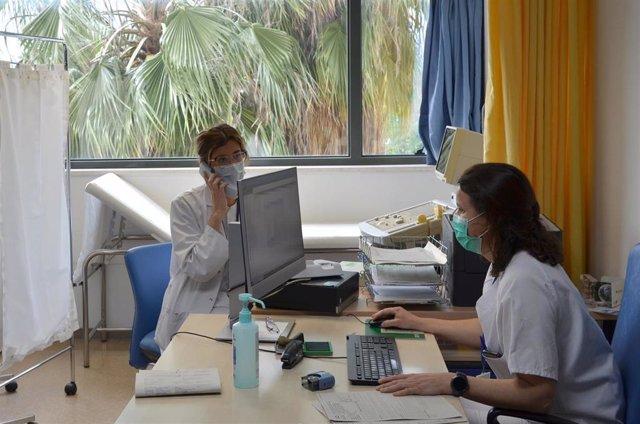 Nefróloga y enfermera atienden a pacientes vía telefónica