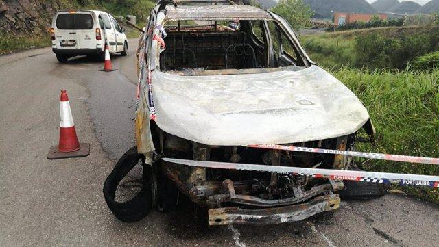 Restos del coche de la EBHI incendiado al inicio de la huelga indefinida en la terminal granelera de El Musel