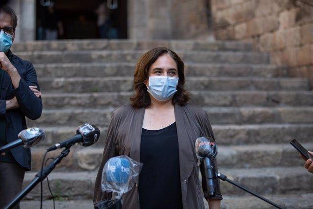 L'alcaldessa de Barcelona, Ada Colau, atén als mitjans a la sortida del Museu d'Història de Barcelona (Muhba), en la seva visita a les instal·lacions. A Barcelona, Catalunya (Espanya), a 2 de juny de 2020.