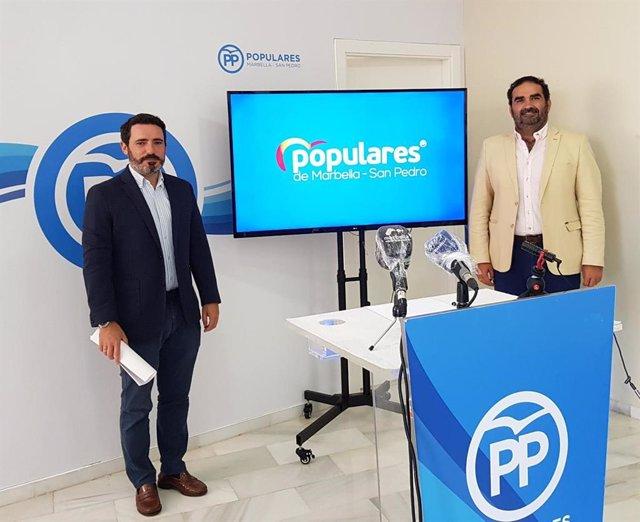 El coordinador general del Partido Popular de Málaga, José Ramón Carmona, y el el secretario general del PP de Marbella, Manuel Cardeña.