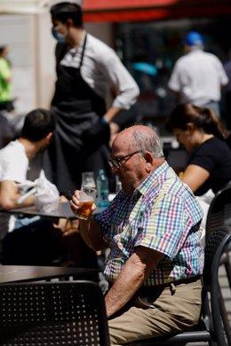 Clientes en las terrazas de los bares de la Plaza de las Flores en la capital de Murcia, el día en el que la región, con la tasa de incidencia en coronavirus más baja de España, pasa a la fase la fase 1 del plan de desescalada