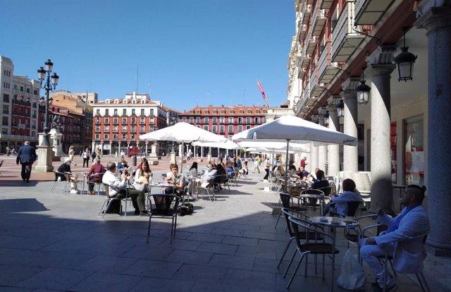 Una de las terrazas de la Plaza Mayor de Valladolid este lunes, 25 de mayo.