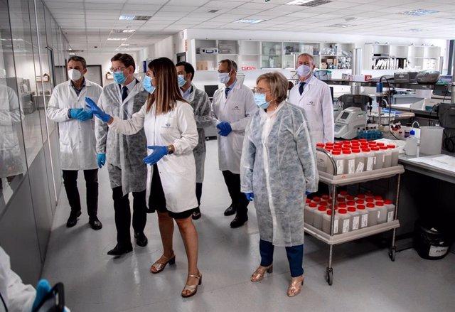 Ximo Puig en su visita al Laboratorio de Calidad de Agua de Global Omnium