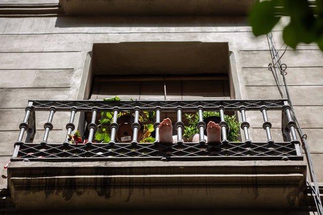 Una persona pren el sol en la seva balconada durant el tercer dia de desconfinamiento d'adults i durant la fase 0, a Barcelona/Catalunya (Espanya) a 4 de maig de 2020.