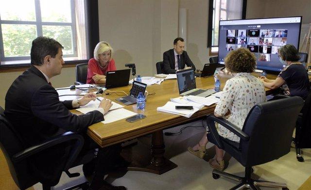 La consejera de Sanidad, Verónica Casado, a la izquierda, durante la reunión mantenida con la Federación Regional de Municipios y Provincias.