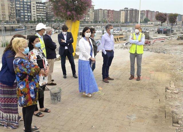 Gema Igual visita las obras de mejora en una zona del barrio Pesquero
